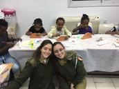 שירה שוורץ ועדן ברכה במרכז קליטה חניתה בחיפה