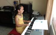 Practicando el piano en casa de mis abuelitos