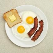 El pan tosado con huevos y bacon