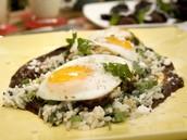 Huevo escalfado en mole ochocientos cuarenta y nueve pesos (849 pesos)