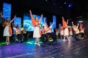 להקת ריקוד המשלבת בין אנשים עם כיסא גלגלים לבין כאלה שלא