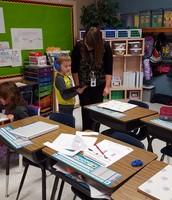 Aidyn comparte su Martin Luther King, Jr. libro con la señorita Ivy.