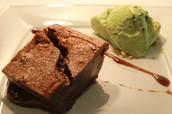 Pastel tibio de chocolate suizo con helado casero de hojas de hierbabuena