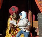 Los niños entregan las cartas a los Reyes Magos.