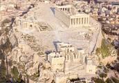 В теплой Греции, в Афинах, много статуй есть старинных.