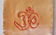 Simbolo Om em cetim dourado 21 cm X 21 cm