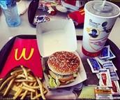 """ארוחת """"ביג מק"""" הכוללת שתייה, ציפס, המבורגר ורטבים"""