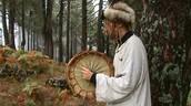Cel care vă va ghida în această tabără este Northern Deer Alexander, shaman, învățător spiritual, vindecător și trainer
