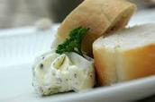 Entrée: pain français au beurre d'herbes.