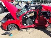 בתמונה זו רואים את המכונית של הנערות לאחר התאונה