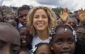 Shakira con niños de el Fundacíon Pies Descalzo
