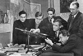 Актёры Московского Малого театра изучают пулемёт Дегтярева. 1941 г.