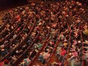 הקהל בתוך האולם:
