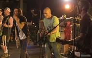 Kelly Slater tocando guitarra com Pearl Jam