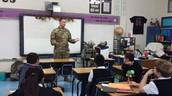 CPT Scott habla con la clase sobre el dia de veteranos