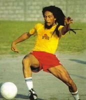 Bob Marley jugan a futból.
