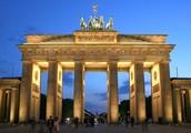 А в Германии, в Берлине,  есть Бранденбургские ворота ныне