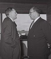 דוד הורוביץ (משמאל), בשיחה עם שר האוצר לוי אשכול בשנת 1956