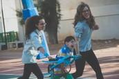 ילדים מבתי ספר שונים מתנדבים בעמותה