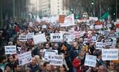 Miles de personas manifestandose por una causa.