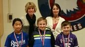¡Los Estudiantes del 5to Grado Mostrando sus Medallas!
