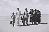 משפחה תימנית בדרכה למחנה המעבר . נובמבר 1949 .