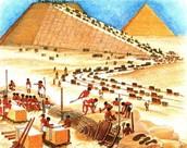 Piramide in aanbouw.
