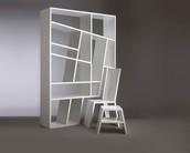 Estanteria moderna con sillas
