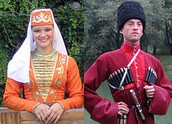 """הבגדים המסורתיים : האישה משמאל לובשת """"סאיה"""""""