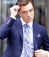 une cravate bleu en soie