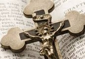 הצלב- מסמלי הנצרות. רמז לצליבת ישו.