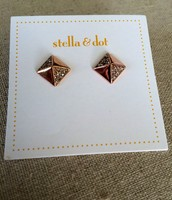 Pyramid Studs in rose gold