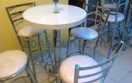 Mesa periquera con cuatro sillas altas $190