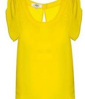 un chemisier jaune en soie