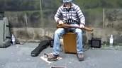 Une guitare, un harmonica et un tambourin