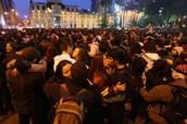 Miles de Estudiantes se Besan por 4 Minutos