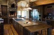 La cocina está en el primer piso y es mucho grande.