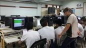 profesora y alumnos en un laboratorio de informatica.