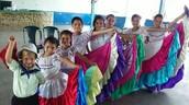 Grupo de baile tipico Rosa Iris, con la participación de niñas de la comunidad de Los Ángeles.