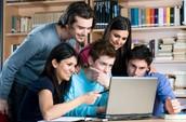 estudiantes trabajando en grupo