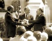 לחיצות הידיים בטקס הסכם השלום בין ישראל למצריים