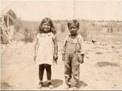 Cesar Chavez de chico con su hermana.