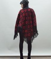 Poncho negro con rojo