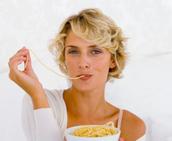 אישה אוכלת ספגטי