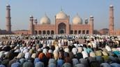 Islam:  Paz y entrega asi mismo             En arabe: Aslam ---> Entregarse a Alla (Dios)