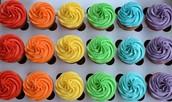 Coloridos cupcakes, vainilla y chip de chocolate rellenos de manjar