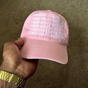 un chapeau rose