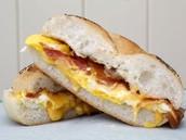 Un bagel avec L'œuf sur plat  Le bacon Le fromage