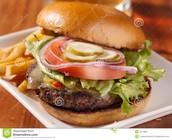 La Hamburguesa con queso , las papas fritas y la sopa cebolla francesa ( cincocientos trece pesos (513)