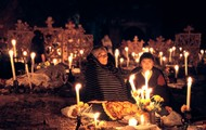Familia se reúne alrededor en silencio por recordar a su ser querido